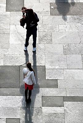 Duitsland, Trier, 21-10-2013Stad in de Eifel met rijke romeinse geschiedenis.Een jong stel,man, vrouw,jongen,meisje, fotografeert elkaar met een digitale camera of smartphone, telefoon,iphone,mobieltje, jongeren,jonge,verliefd,relatie,poseren,ijdel,ijdelheid,herinnering,kiekje,portret,fotograferen,fotografie,foto maken,digitaalFoto: Flip Franssen/Hollandse Hoogte
