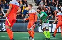 AMSTELVEEN - Mink van der Weerden (Ned) scoort uit een strafcorner   tijdens  de tweede  Olympische kwalificatiewedstrijd hockey mannen ,  Nederland-Pakistan (6-1). Oranje plaatst zich voor de Olympische Spelen 2020. rechts Ajaz Ahmad (Pak)    COPYRIGHT KOEN SUYK