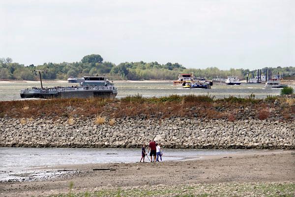 Nederland, Tolkamer, 14-8-2018 Door de aanhoudende droogte staat het water in de rijn, ijssel en waal extreem laag . Schepen moeten minder lading innemen om niet te diep te komen . Hierdoor is het drukker in de smallere vaargeul. Door uitblijven van regenval in het stroomgebied van de rijn komt het record, laagsterecord in zicht . Foto: Flip Franssen