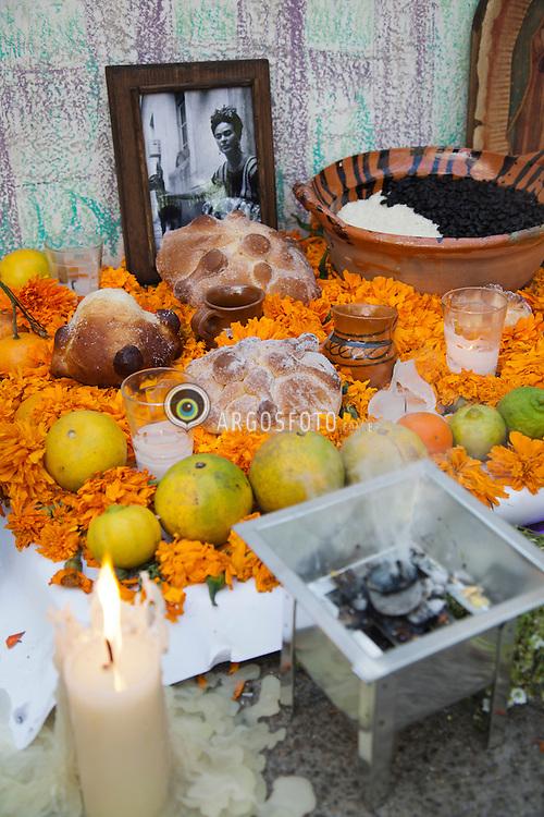 """Dia dos Mortos.Altar com oferendas e homenagem a Frida Kahlo na cidade de Coyacan, proxima  """" A Casa Azul """", onde a artista morou./ Day of the Dead. Altar with offerings and homage to Frida Kahlo in the city of Coyacan, next """"The Blue House,"""" where the artist lived."""