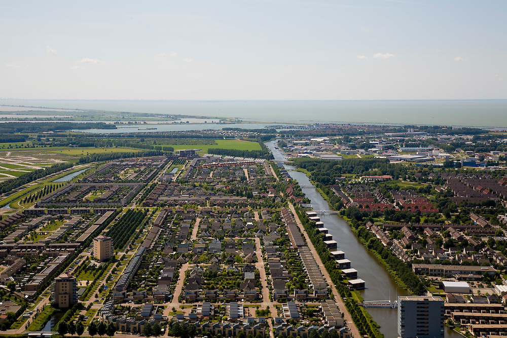 Nederland, Flevoland, Lelystad, 14-07-2008; Landstrekenwijk met stadsgracht en uniforme nieuwbouw, in de achtergrond IJsselmeer en begin Oostvaardersplassen. .luchtfoto (toeslag); aerial photo (additional fee required); .foto Siebe Swart / photo Siebe Swart