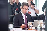 20 JUN 2018, BERLIN/GERMANY:<br /> Andreas Scheuer, CSU, Bundesverkehrsminister, liest in seinen Unterlagen, vor Beginn der Kabinettsitzung, Bundeskanzleramt<br /> IMAGE: 20180620-01-017<br /> KEYWORDS: Kabinett, Sitzung, lesen
