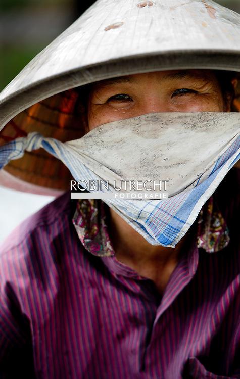 VIETNAM - Serie over de mekong delta in Vietnam , De rivier is 4909 kilometer lang (sommige bronnen geven een korte lengte van 4350 km) en wordt beschouwd als één van de belangrijke rivieren in Azië. De rivier loopt achtereenvolgens door de landen China, Laos, Thailand, Cambodja en Vietnam. Hoewel de Mekong-delta wel in Vietnam ligt, stroomt de rivier niet onder de naam Mekong door Vietnam. COPYRIGHT ROBIN UTRECHT
