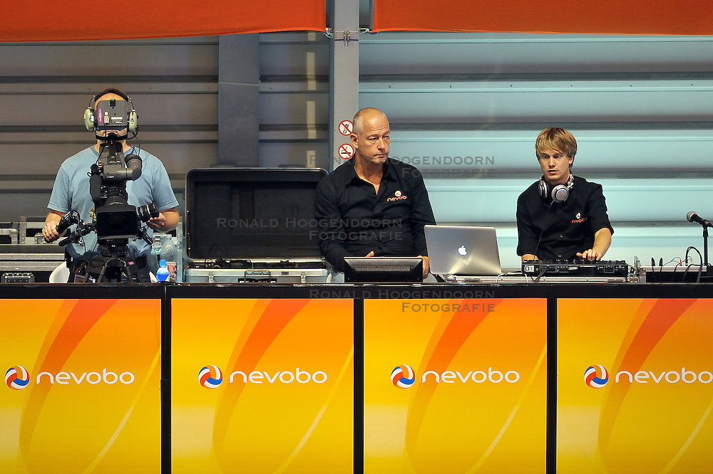 15-10-2011 VOLLEYBAL: EUROPEAN CHAMPIONSHIP SITTING VOLLEYBALL GERMANY - UKRAINE: ROTTERDAM<br /> John Stubbe and camera men media tv<br /> &copy;2011-FotoHoogendoorn.nl
