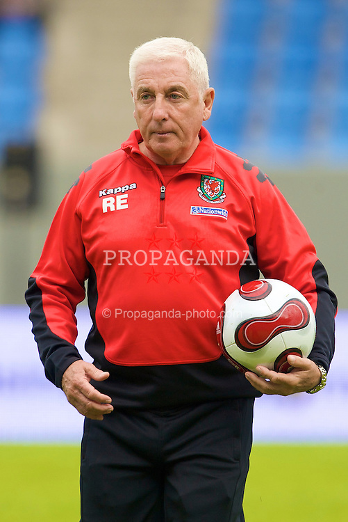 REYKJAVIK, ICELAND - Wednesday, May 28, 2008: Wales' assistant manager Roy Evans before the international friendly match against Iceland at the Laugardalsvollur Stadium. (Photo by David Rawcliffe/Propaganda)