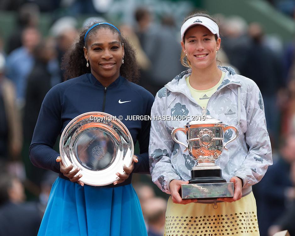 Siegerin Garbine Muguruza (ESP)  mit Pokal und Finalistin Serena Williams,Siegerehrung,Praesentation,Damen Final,<br /> <br /> Tennis - French Open 2016 - Grand Slam ITF / ATP / WTA -  Roland Garros - Paris -  - France  - 4 June 2016.