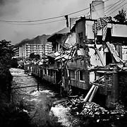 Store dele af byen Hanwang ligger i ruiner efter det voldsomme jordskælv, og byen minder mest om en spøgelsesby.