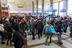 THEMENBILD - Winter in Wien, Österreich. Aufgrund von Schneefall kommt es in Wien zu einem Verkehrschaos und viele Züge sind verspätet, aufgenommen am 09. Februar 2015, . im Bild wartende Fahrgäste // Winter in Vienna, Austria. The image was taken on 2015/02/09. AUT, EXPA Pictures © 2015, PhotoCredit: EXPA/ Sebastian Pucher