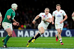 Mike Brown of England goes on the attack - Mandatory byline: Patrick Khachfe/JMP - 07966 386802 - 27/02/2016 - RUGBY UNION - Twickenham Stadium - London, England - England v Ireland - RBS Six Nations.