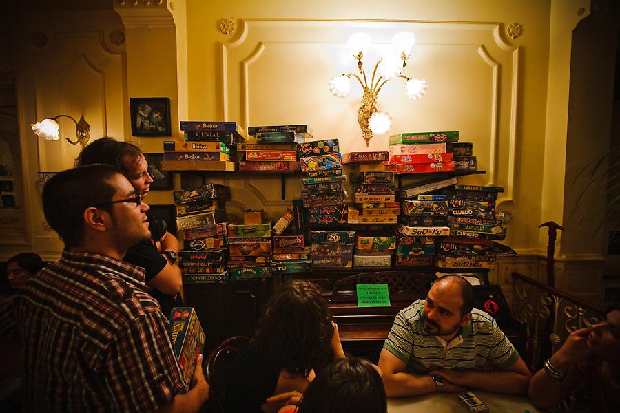 El Manuela Café ofrece una manera original de pasar la noche: con juegos de mesa.
