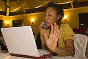 """New York  Manhattan  Freiwillige Helfer beim """"Telefon-Banking""""  Lauren Teverbaugh wirbt fuer Barack Obama am Telefon..Fotos © Stefan Falke. Clinton / Obama Kandidatenwahl der Demokraten in den USA.New York Primary 2008"""