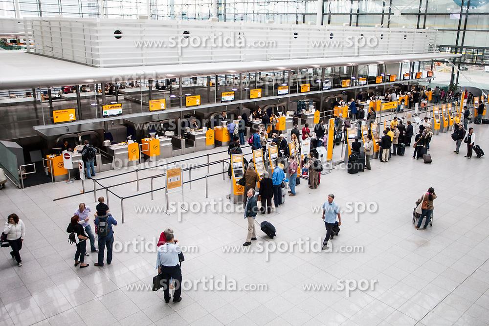 THEMENBILD - Airport Muenchen, Franz Josef Strauß (IATA: MUC, ICAO: EDDM), Der Flughafen Muenchen zählt zu den groessten Drehkreuzen Europas, rund 100 Fluggesellschaften verbinden ihn mit 230 Zielen in 70 Laendern, im Bild Innenansicht Terminal 2, Check-in Schalter mit Passagiere // THEME IMAGE, FEATURE - Airport Munich, Franz Josef Strauss (IATA: MUC, ICAO: EDDM), The airport Munich is one of the largest hubs in Europe, approximately 100 airlines connect it to 230 destinations in 70 countries. picture shows: Interior view of Terminal 2 check-in and passengers, Munich, Germany on 2012/05/06. EXPA Pictures © 2012, PhotoCredit: EXPA/ Juergen Feichter