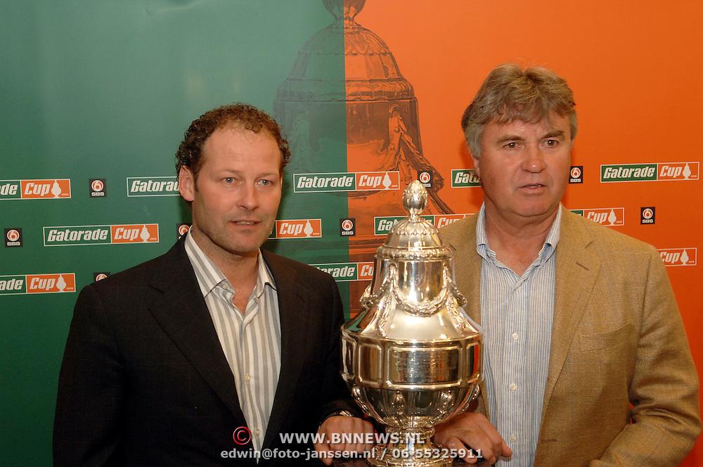 NLD/Zeist/20060504 - Persconferentie Danny Blind en Guus Hiddink nav de finale om de Gatorade Cup 2006, Danny Blind en Guus Hiddink met de Gatorade cup