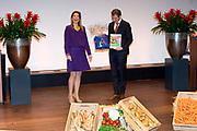 Koningin Maxima is aanwezig bij  het symposium &quot;van Traditie naar Ambitie&quot; van het Nederlands Agrarisch Jongeren Kontakt (NAJK) in het hoofdkantoor van de Rabobank, Utrecht. Dit symposium gaat over de rol van het gezinsbedrijf in de agrarische sector. <br /> <br /> Queen Maxima is present at the symposium &quot;from Tradition to Ambition&quot; by Dutch Agricultural Youth (NAJK) at the headquarters of Rabobank, Utrecht. This symposium is about the role of the family business in the agricultural sector.<br /> <br /> Op de foto / On the photo:  Voorzitter Eric Pelleboer overhandigt koningin maxima het onderzoeksrapport en drie overals voor de prinsesjes<br /> <br /> President Eric Pelleboer hands Queen the researchreport and three overalls for little princesses