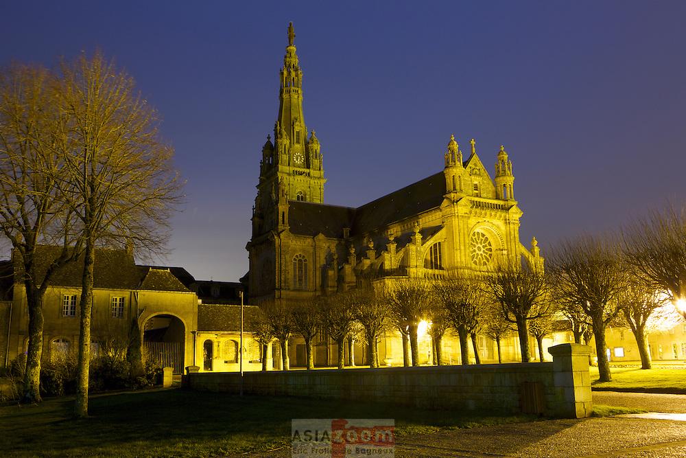 La basilique Sainte-Anne d'Auray dans le Morbihan : L'&eacute;difice actuel fut &eacute;difi&eacute; dans le style n&eacute;ogothique par l'architecte &Eacute;douard Deperthes de 1867 &agrave; 1872.<br /> Il remplace une ancienne chapelle datant de 1630, &eacute;difi&eacute;e par Yves Nicolazic, prenant elle-m&ecirc;me la place d'une tr&egrave;s vieille chapelle du ve si&egrave;cle b&acirc;tie en l'honneur de Sainte Anne par les immigrants Bretons venus de Grande-Bretagne, et qui fut d&eacute;truite vers l'an 700