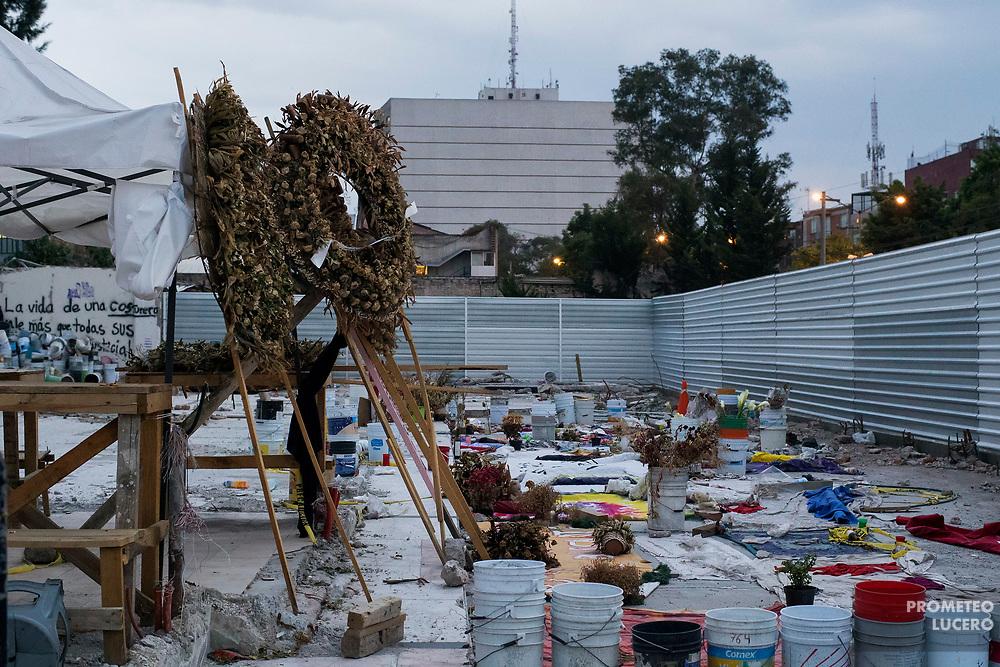 Homenaje a las víctimas del sismo del 19 de septiembre en la Ciudad de México. Fábrica textil de Chimalpopoca y Bolivar, Ciudad de México, 19 de octubre de 2017. (Foto: Prometeo Lucero)
