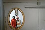 Odasana Afua, Profetessa della chiesa Peace for God, nella sua chiesa, dove attraverso riti e preghiere legati alla sua cultura africana, aiuta le vittime a liberarsi dai vincoli dei riti vud&ugrave; per potere uscire dalla schiavit&ugrave;.<br /> Odasana Afua  Prophetess of Peace for God church, through her spells and prayers helps the victims forced to prostitution to free themselves by Voodo curses.