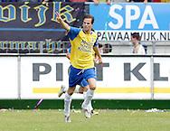 15-05-2008 Voetbal:RKC Waalwijk:ADO Den Haag:Waalwijk<br /> Frank van Mosselveld heeft gescoord namens RKC Waalwijk en wordt toegezongen door zijn supporters<br /> Foto: Geert van Erven