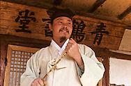 The school teacher lost in thought at the entry of the school room.  Le maître de l'ecole en pleine reflexion, sur le seuil de la salle de classe. //////R28/6    L2623  /  R00028  /  P0003000//////Chonhakdong village confucianiste traditionel. //////Chonhakdong traditional confucianist village .