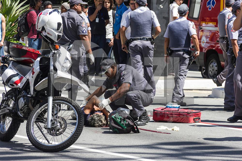 SAO PAULO, SP, 29.01.2014 - ASSALTO/TIROTEIO/AVENIDA PAULISTA - <br /> Um suspeito de assalto foi baleado na tarde desta quarta-feira (29) na Avenida Paulista, altura da Rua Peixoto Gomide, de acordo com a Pol&iacute;cia Militar. A corpora&ccedil;&atilde;o diz que o homem fugia dos policiais ap&oacute;s tentar roubar um pedestre quando foi baleado. Durante a persegui&ccedil;&atilde;o, um PM acabou atropelado por um &ocirc;nibus.<br /> O policial ferido foi socorrido para o Hospital das Cl&iacute;nicas em estado est&aacute;vel. A corpora&ccedil;&atilde;o n&atilde;o sabia informar, at&eacute; as 17h, o estado de sa&uacute;de do suspeito e para qual hospital ele foi levado.<br /> (Foto: Henrique de Almeida Prado / Brazil Photo Press).