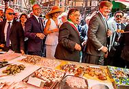 21- 6-2017 PALERMO - Koning Willem-Alexander en Koningin Maxima wandeling richting de markt, Mercato del Capo <br />   . 4 daags staatsbezoek van Koning Willem-Alexander en koningin Maxima aan de Republiek Itali&euml; en de Heilige Stoel in Vaticaanstad . COPYRIGHT ROBIN UTRECHT <br /> <br /> 21- 6-2017 PALERMO - King Willem-Alexander and Queen Maxima walk towards the market, Mercato del Capo<br /> &nbsp;&nbsp; . 4-day state visit of King Willem-Alexander and Queen Maxima to the Republic of Italy and the Holy See in Vatican City. COPYRIGHT ROBIN UTRECHT