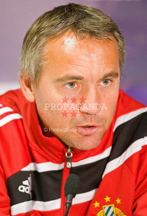 GLASGOW, SCOTLAND - Wednesday, September 30, 2009: SK Rapid Vienna's head coach Peter Pacult during a press conference ahead of his side's UEFA Europa League Group C match against Glasgow Celtic. (Pic by Juergen Feichter/Expa/Propaganda)