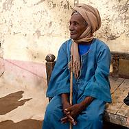 Fawaza. a village on an island on the Nile river. cooking traditional bread in an oven  Edfou  Egypt    /  Fawaza un village sur une ile du Nil pres de Edfou. preparation traditionnelle du pain dans un four  Edfou  Egypte   //  L0056017