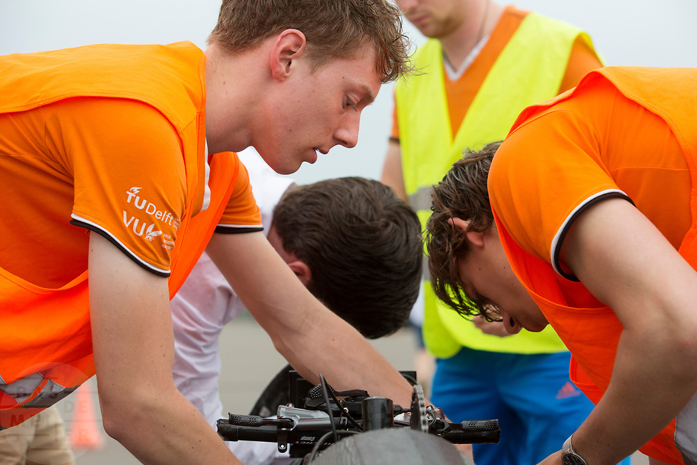 De VeloX wordt klaar gemaakt voor een testrun. Het Human Power Team Delft en Amsterdam (HPT), dat bestaat uit studenten van de TU Delft en de VU Amsterdam, is in Senftenberg voor een poging het laagland sprintrecord te verbreken op de Dekrabaan. In september wil het Human Power Team Delft en Amsterdam, dat bestaat uit studenten van de TU Delft en de VU Amsterdam, tijdens de World Human Powered Speed Challenge in Nevada een poging doen het wereldrecord snelfietsen voor vrouwen te verbreken met de VeloX 7, een gestroomlijnde ligfiets. Het record is met 121,44 km/h sinds 2009 in handen van de Francaise Barbara Buatois. De Canadees Todd Reichert is de snelste man met 144,17 km/h sinds 2016.<br /> <br /> The Human Power Team is in Senftenberg, Germany to race at the Dekra track as a preparation for the races in America. With the VeloX 7, a special recumbent bike, the Human Power Team Delft and Amsterdam, consisting of students of the TU Delft and the VU Amsterdam, also wants to set a new woman's world record cycling in September at the World Human Powered Speed Challenge in Nevada. The current speed record is 121,44 km/h, set in 2009 by Barbara Buatois. The fastest man is Todd Reichert with 144,17 km/h.