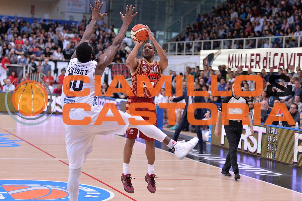 DESCRIZIONE : Trento Lega A 2015-16 Dolomiti Energia Trentino - Umana Reyer Venezia<br /> GIOCATORE : Mike Green<br /> CATEGORIA : Tiro Tre Punti Three Point<br /> SQUADRA : Dolomiti Energia Trentino - Umana Reyer Venezia<br /> EVENTO : Campionato Lega A 2015-2016 <br /> GARA : Dolomiti Energia Trentino - Acqua Umana Reyer Venezia<br /> DATA : 24/04/2016<br /> SPORT : Pallacanestro <br /> AUTORE : Agenzia Ciamillo-Castoria/M.Gregolin<br /> Galleria : Lega Basket A 2015-2016  <br /> Fotonotizia :  Trento Lega A 2015-16 Dolomiti Energia Trentino - Umana Reyer Venezia