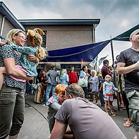Nederland, Amsterdam, 23 sep 2016.<br />opening van De Oceaan, een buurtonderneming in het Oostelijke Havengebied.<br />Locatie: De Oceaan, RJH Fortuynplein 29 (is op het Borneo-eiland)<br />Op de foto: Feestvreugde tijdens de opening van buurttent de Oceaan (achtergrond)<br /><br /><br />Foto: Jean-Pierre Jans