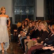NLD/Zaandam/20060308 - Modeshow Monique Collignon 2006, model, catwalk, toeschouwers, publiek