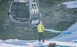 15.03.2020, Kaprun, AUT, Coronavirus in Österreich, im Bild Die Kapruner Gletscherbahnen stellen mit 15. März ihren Winter Betrieb zur Eindämmung der Verbreitung des Corona Virus ein. Ein Mitarbeiter baut einen Sicherheitszaun ab. // Ski and poles placed on a ski stand. The Kaprun glacier lifts close their Ski Resort on March 15 ,in an effort to slow the ongoing spread of the coronavirus, Kaprun, Austria on 2020/03/15.  EXPA Pictures © 2020, PhotoCredit: EXPA/Stefanie Oberhauser
