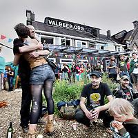 Nederland, Amsterdam , 28 juli 2012..Op de valreep, Polderweg, bestaat een jaar.  Open dag + manifestatie tussen 18 en 21 uur..Op de foto feestende bezoekers..Foto:Jean-Pierre Jans