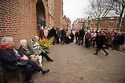 Mensen wachten in de rij om de kerk binnen te mogen om de Mattheus Passion te zien