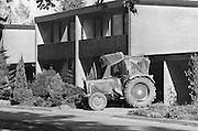 Nederland, Nagele, 15-7-1986Landbouwtraktor bij woonhuis in de Noordoostpolder.Foto: Flip Franssen/Hollandse Hoogte