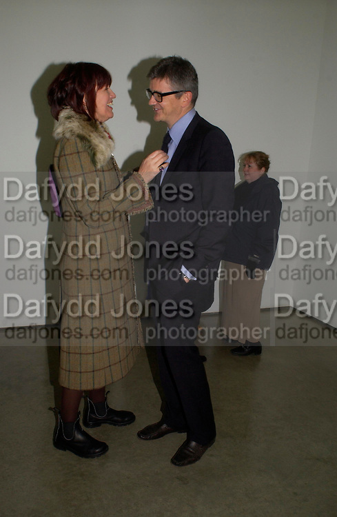 Janet Street-Porter and Jay Jopling. Chemical Life Support opening, White Cube. 3 March 2005. ONE TIME USE ONLY - DO NOT ARCHIVE  © Copyright Photograph by Dafydd Jones 66 Stockwell Park Rd. London SW9 0DA Tel 020 7733 0108 www.dafjones.com