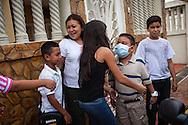 Manuel Alejandro Romero y su madre Jaqueline reciben a un grupo de familiares que visitan su hogar en la Urb. Altos del Sol Amado. Gracias a FundaHigado, en junio de 2012, Manuel Alejandro recibió un trasplante de higado que le permite disfrutar de la vida. Maracaibo, Venezuela 20 y 21 Oct. 2012. (Foto/ivan gonzalez)
