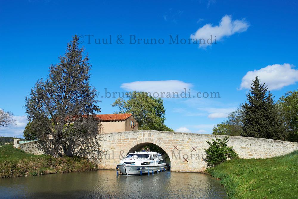 France, Languedoc-Roussillon, Aude (11), Pont de Pigasse, navigation sur le Canal du Midi, classé Patrimoine Mondial de l'UNESCO // France, Languedoc-Roussillon, Aude (11), Pigasse bridge, navigation on the Canal du Midi