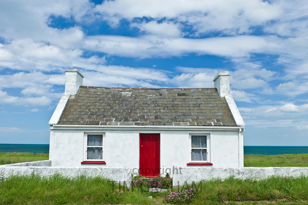 Typical Irish cottage with bright red door and whitewashed walls, County Clare, Ireland RESERVED USE - NOT FOR DOWNLOAD -  FOR USE CONTACT TIM GRAHAM