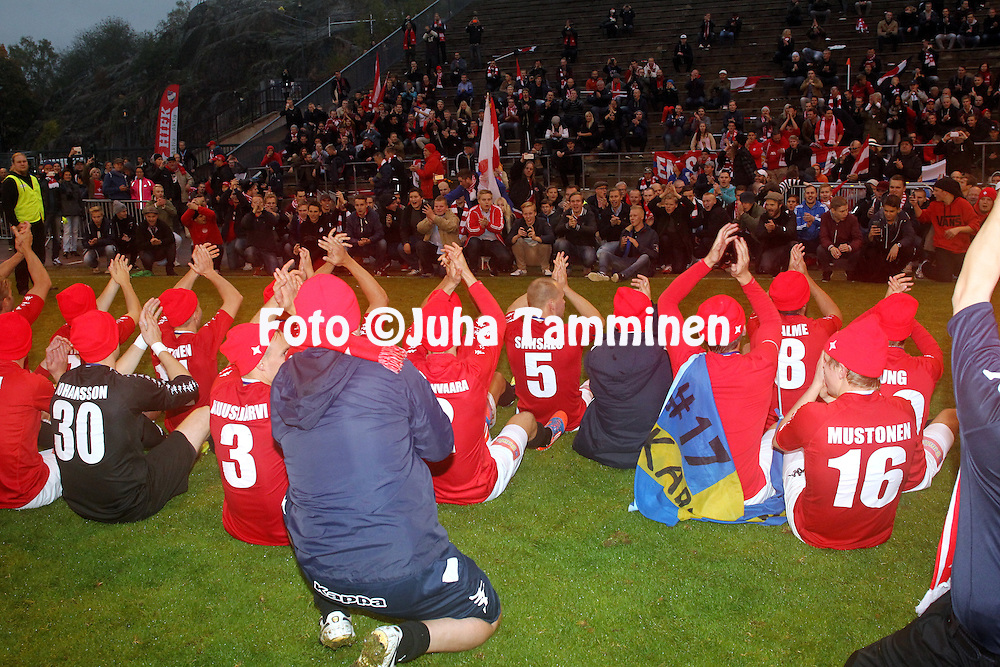 4.10.2014, T&ouml;&ouml;l&ouml;n Pallokentt&auml;, Helsinki.<br /> Ykk&ouml;nen 2014<br /> HIFK - FC Jazz.<br /> HIFK:n pelaajat ja Stadin Kingit juhlivat nousua.