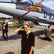 NLD/Weesp/19890814 - Kunstenares Martha Röling krijgt een Starfighter van de Koninklijke Luchtmacht afgeleverd