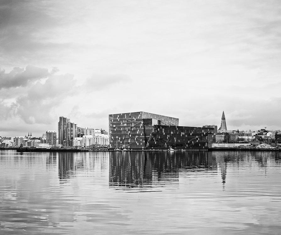 Kyrr vi&eth; Reykjav&iacute;kurh&ouml;fn. <br /> Svart/hv&iacute;tt.
