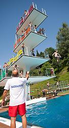THEMENBILD - Hitzewelle, die Menschen suchen die Abkühlung in den Schwimmbädern, aufgenommen am 04.Juli 2015, Schwaz, Österreich// heatwave across Europe, People cool off in lakes and swimming pools, Schwaz, Austria on 2015/07/04. EXPA Pictures © 2015, PhotoCredit: EXPA/ Jakob Gruber