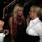NLD/Amsterdam/20080909 - 18de Verjaardag Melody Klaver, oma van Melody in gesprek met Monique Smit en vriendin Anja