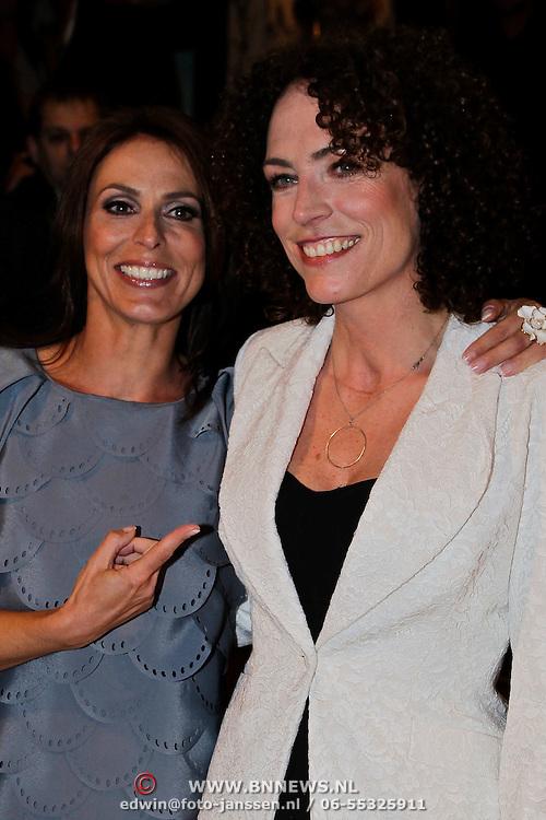 NLD/Amsterdam/20100412 - Premiere film de Gelukkige Huisvrouw, Heleen van Royen en Antoinette Beumer