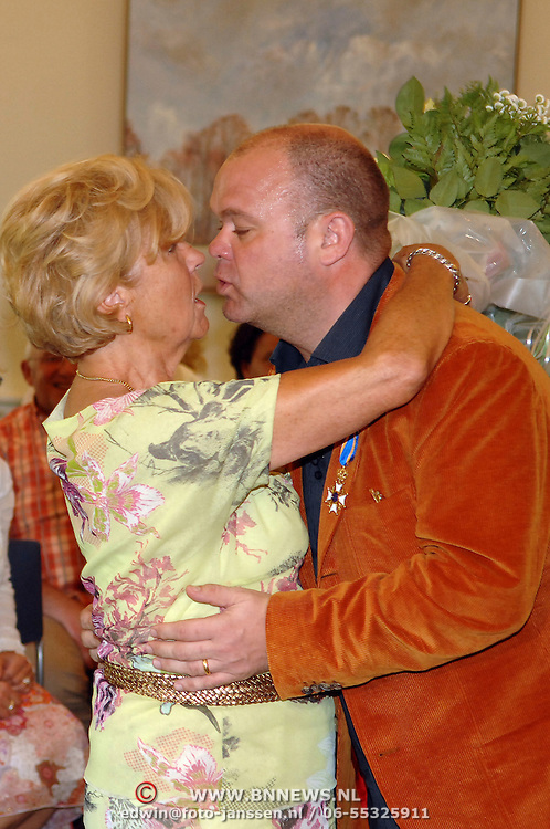 NLD/Blaricum/20070427 - Koninklijke onderscheiding voor Paul de Leeuw Blaricum, Paul word gefeliciteerd door zijn moeder