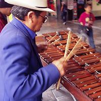 Toluca, M&eacute;x.- Los marimberos ya son un espect&aacute;culo cotidiano en los portales de la ciudad. Agencia MVT / Arturo Rosales Ch&aacute;vez. (FILM)<br /> <br /> NO ARCHIVAR - NO ARCHIVE