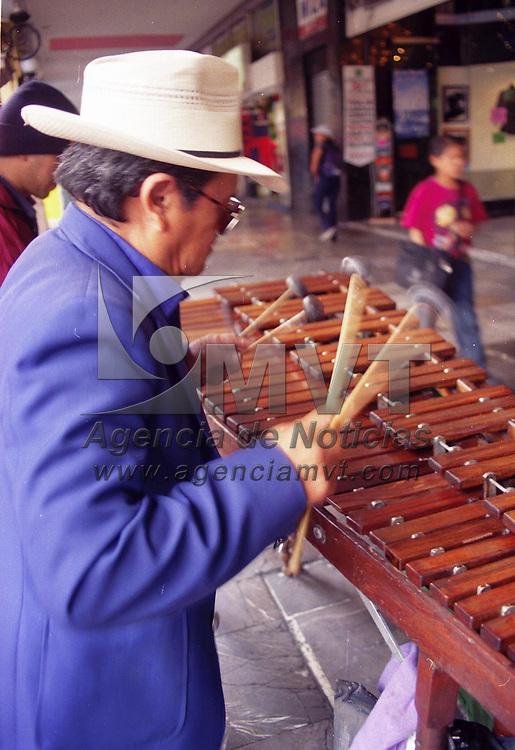 Toluca, Méx.- Los marimberos ya son un espectáculo cotidiano en los portales de la ciudad. Agencia MVT / Arturo Rosales Chávez. (FILM)<br /> <br /> NO ARCHIVAR - NO ARCHIVE