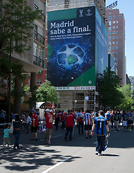 22.05.2010, Estadio Santiago Bernabeu, Madrid, ESP, UEFA Champions League Finale 2010, Bayern Muenchen vs Inter Mailand, Finale, im Bild Fans of both teams heading toward the stadium prior to the  Champions League final contested. EXPA Pictures © 2010, PhotoCredit: EXPA/ Mitchell Gunn