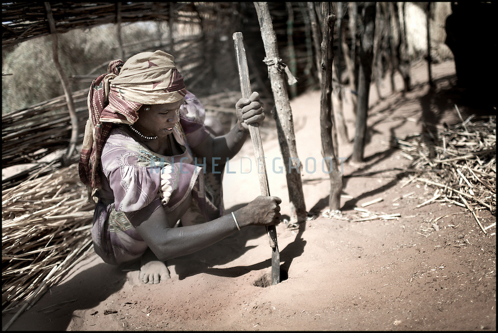Darfur refugee woman building a fence in the Jabal refugee camp on 10 April, 2007 in GOZ BEIDA, eastern Chad. The violence has spread from Sudan to Chad where Arab militias attack villages in Chad as well.
